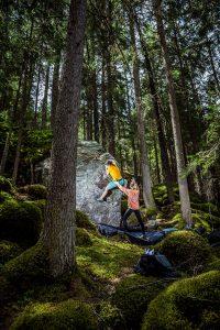 Viele der Felsbrocken im Waldstück Mandlers Boden im Pitztal weisen nur einen geringen Schwierigkeitsgrad auf und sind daher optimal für Familien und Einsteiger. Foto: Dalton