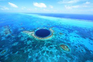 Das Great Blue Hole ist eine kreisrunde unterseeische Doline vor der Küste des mittelamerikanischen Staates Belize. - Foto: www.visitcentroamerica.com/