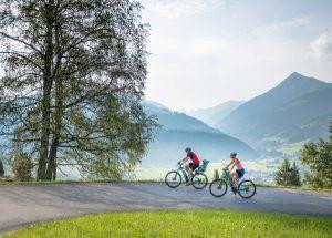Gemütlich geht's mit dem E-Bike durch die traumhafte Bergwelt Altenmarkt-Zauchensees. - Foto: Altenmarkt-Zauchensee-Tourismus/Nadia Jabli Photography