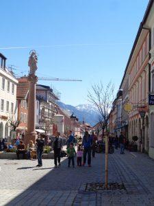 In der Fußgängerzone von Murnau ist immer etwas los. Zahlreiche Lokalitäten laden zur Einkehr. - Foto: Dieter Warnick