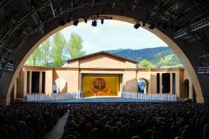 Alle zehn Jahre finden die Passionsspiele im Passionstheater zu Oberammergau statt – das nächste Mal im Jahr 2020. - Foto: Ammergauer Alpen / Kienberger