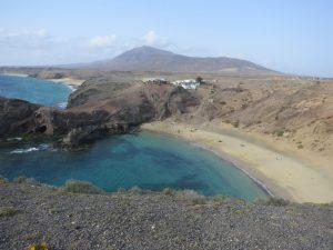 Auf Lanzarote gibt es neben schwarzen Lavastränden auch traumhafte, helle Sandstrände.