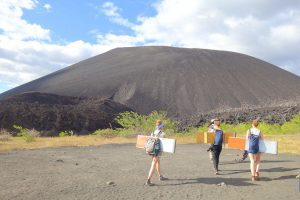 """Hinauf auf den Cerro Negro, Nicaraguas """"Schwarzen Berg""""."""
