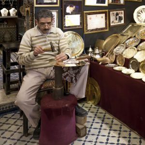 Beim berühmten Zislierer Guernani. Ornamente werden einem kleinen Meißel in das Metall gehämmert/ © Foto Georg Berg