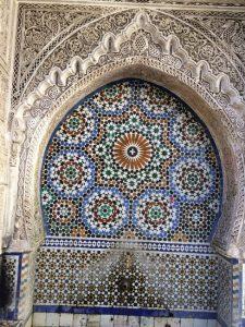 Höchste Steinmetzkunst: Einer von 60 öffentlichen Brunnen in der Medina von Fes. © Foto  J. Scheppach