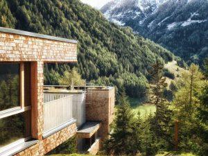 Umgeben von der grandiosen Großglockner-Berglandschaft schmiegt sich das Gradonna Mountain Resort perfekt in die Osttiroler Berge ein. Foto: Schultz Gruppe