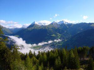 Der Nationalpark Hohe Tauern ist mit einer Fläche von 1856 km² der größte Nationalpark Österreichs und der gesamten Alpen. Unter der Wolkendecke lugt die Ortschaft Matrei hervor. - Foto: Nationalpark Hohe Tauern / Philipp Vollnhofer