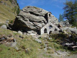 Die Felsenkapelle liegt genau zwischen Außergschlöß und Innergschlöß. Das in den natürlichen Fels gehauene, denkmalgeschützte Objekt ist der heiligen Maria gewidmet. - Foto: Petra Kraler