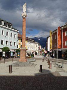 Die Obere Altstadt von Lienz hat sich von einer hochfrequentierten Durchfahrtsstraße zu einem florierenden Einkaufviertel entwickelt. - Foto: Dieter Warnick
