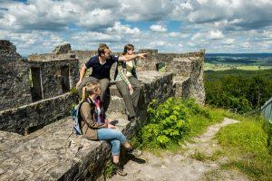 Vom Alltag abschalten und auf den Spuren des Mittelalters wandeln – die Haßberge bieten Wanderern tolle Ausblicke. - Foto: epr / Haßberge Tourismus / A. Hub