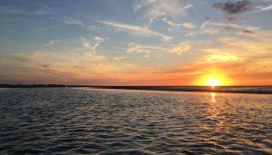 Und dann passiert es: Bei wenig bewölktem Himmel versinkt die rotglühende Sonne langsam im Wattenmeer. Was für ein Anblick!