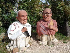 Im Skulpturengarten in Poysdorf stellt der einheimische Künstler Martin Messinger seine steinernen Gestalten aus, hier Papst Franziskus im launigen Gespräch mit dem Dalai Lama. - Foto: Dieter Warnick