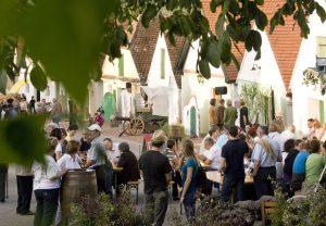 Besonders gemütlich geht es bei den vielen Kellergassenfesten zu, die in jedem Dorf oder größerem Ort zur Zeit der Weinlese stattfinden. - Foto: Weinviertel Tourismus / Lahofer
