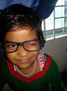 Im Kinderheim von Ekmattra. Mädchen mit Brille der Autorin.