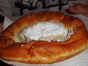 Knieküchle (fränkisch), auch Auszogne (bayerisch), zu hochdeutsch Ausgezogene, sind ein traditionelles Gebäck der deutschen und österreichischen Küche und dort ein weitverbreitetes Schmalzgebäck.