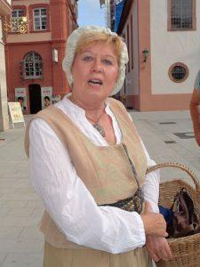 Mit der Winzerin Dorothea auf Quartiersuche um 1750 – in bäuerlichem Dialekt bringt die wortgewandte Stadtführerin Besucher aus Nah und Fern ihre Heimatstadt Tauberbischofsheim näher.