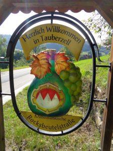 Die mittelalterliche Bocksbeutelstraße führt mitten durch die bezaubernde Ortschaft Tauberzell (Landkreis Ansbach).