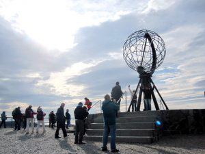 Das Nordkap ist nicht der nördlichste Punkt Europas, es ist jedoch ein bedeutendes touristisches Reiseziel. Im Sommer gibt es für etwa zweieinhalb Monate die Mitternachtssonne, im Winter dagegen gelangt die Sonne etwa zweieinhalb Monate lang auch tagsüber nicht über den Horizont.