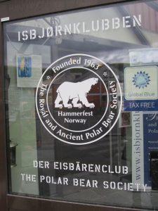 """Eine nette Zuflucht ist der Eisbärenclub, """"The Royal and Ancient Polarbear Society""""."""