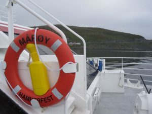 Der Rettungsschwimmreifen deutet es an - Hammerfest ist nicht mehr weit.