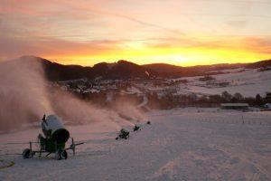 Morgendliche Beschneiung im Skigebiet Willingen-Ritzhagen. - Foto: Wintersport-Arena Sauerland/Siegerland-Wittgenstein