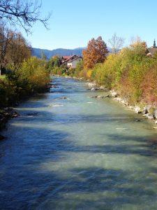 Die Loisach ist 113 Kilometer lang, entspringt nördlich des Fernpasses in Tirol, fließt mitten durch Garmisch-Partenkirchen und mündet in den Kochelsee. - Foto: Dieter Warnick