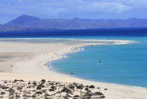 Jandía Playa liegt an der gleichnamigen Halbinsel im Süden Fuerteventuras und ist mit elf Kilometern der längste helle Sandstrand der Insel. - Foto: visitfuerteventura.es