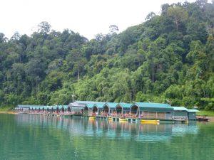 Das schwimmende Rainforest Camp. – Foto: Thailändisches Fremdemverkehrsamt