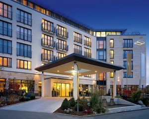 Das Vier Sterne Superior Hotel Vier Jahreszeiten Starnberg liegt nur fünf Gehminuten vom Starnberger See entfernt.
