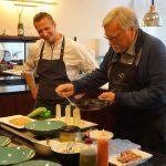 """Kochkurs unter """"Sterneaufsicht"""" – Maximilian Moser (Mitte) bereitet es große Freude, Hobbyköchen bei der Arbeit zuzusehen."""