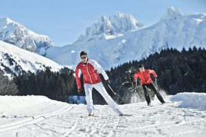 Im Rahmen des neuen, zweiwöchigen Gratis-Winterprogramms lädt Engelberg in der Zentralschweiz seine Urlaubsgäste dienstags zum Langlauf mit einem Skilehrer ein. - Foto: Engelberg-Titlis