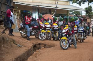 Motor-Taxis, die nach Kunden Ausschau halten.