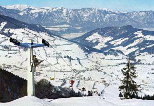 Beschneiungsanlagen gab es in den 1950er Jahren noch nicht, es hatte genügend Naturschnee. In unbequemen Einzelsesselliften ging es hinauf auf die Wildschönauer Berge. - Foto: Gemeindearchiv Wildschönau