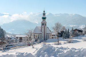 Das Dorfbild von Oberau in der Wildschönau wird geprägt von der 250 Jahre alten, barocken Pfarrkirche, die wegen ihrer Größe auch der Dom des Tiroler Unterlandes genannt wird. - Foto: Wildschönau Tourismus