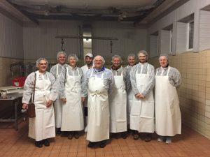 Gleich gehts los: Die acht Teilnehmer haben sich zusammen mit Metzgermeister Uli Hofhherr (Vierter von links) zum Gruppenfoto aufgestellt. - Foto: Sabine Fein