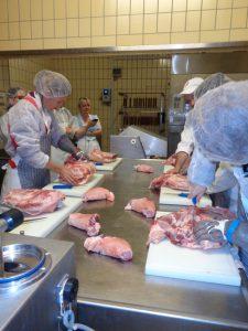 Die Schweineschultern werden fachmännisch zerteilt. - Foto: Dieter Warnick
