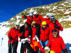 Das Winterprogramm von Sunwave, hier das Reiseleiterteam, ist auf Alleinreisende zugeschnitten, u. a. in Stubai-, Tuxer- oder Gasteiner Tal, Obertauern, Kronplatz und Zermatt. - Foto: Sunwave