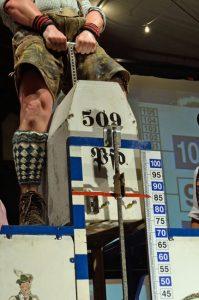 Sportlich, sportlich... Das Steinheben oder Steinlupfen ist ein vornehmlich in der alpenländischen Region beheimateter traditioneller Kräftevergleich. Zur kurzen Lederhose werden hellgraue bis zum Knie reichende Wollstrümpfe oder Wadlstrümpfe (Loferl) getragen, die, wie hier, ein Rautenmuster aufweisen (Loferl). - Foto: Markt Garmisch-Partenkirchen / Ferdinand Brunnenmayer
