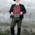 Ein sauberes Mannsbild (hier mit Lederhose, Stiefel, Weste bzw. Joppe und Hut); analog dazu gibt es natürlich auch das Weibsbild. - Foto: TIZ