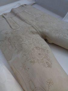 Diese Lederhose von 1810 wurde nie getragen, sie war anno dazumal das Meisterstück von Anton Moser. Das gute Stück aus Hirschleder, verziert mit Perlmuttknöpfen und feinstem Stickwerk, ist der ganze Stolz von Alexander Wandinger. - Foto: Dieter Warnick