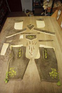 In einer Säcklerei werden Lederhosen in Handarbeit gefertigt. - Foto: Alexander von Spreti