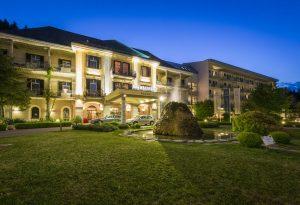 Die festliche Außenbeleuchtung des Warmbaderhofs lässt auf jede Menge Behaglichkeit schließen. - Foto: Hotel Warmbaderhof