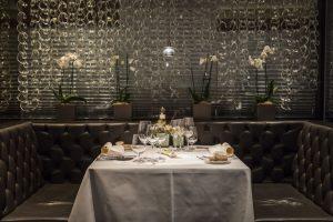 """Im """"Das Kleine Restaurant"""" im Warmbaderhof verwöhnt Jürgen Perlinger, der mit zwei Hauben dekoriert ist, seine Gäste seit zwölf Jahren. - Foto: Hotel Warmbaderhof"""