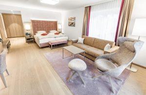 Nach nur zweimonatiger Renovierungsphase stehen den Gästen 20 neue Zimmer im Parktrakt zur Verfügung, hier eine Junior-Suite. - Foto: Hotel Warmbaderhof