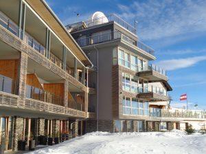 Auf dem Sonnendach Kärntens, der Gerlitzen, sind die Gäste dem Himmel ganz nah, auch dank der hoteleigenen Sternwarte (Bildmitte). - Foto: Dieter Warnick