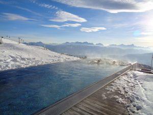 Der Infinity-Pool hat seinen ganz besonderen Reiz; man schwimmt quasi bis zum Abgrund. - Foto: Dieter Warnick