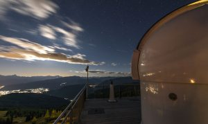 Die Sternwarte Pacheiner befindet sich in atemberaubender Aussichtslage auf dem Gipfel der Gerlitzen. - Foto: Alpinhotel Pacheiner | Helmuth Rier
