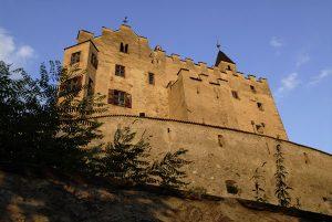 Im Schloss Bruneck werden Bergvölker aus Asien, Afrika, Südamerika und Europa vorgestellt. – Foto: Udo Bernhart