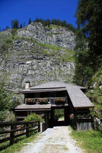 """Die """"Alte Wacht"""" ist die älteste noch erhaltene Straßenmautstelle im Salzburger Land. Seit 2001 wird das Gebäude als Außenstelle des Hüttschlager Talmuseums genutzt. - Foto: www.großarltal.info"""