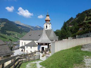 Die barocke Pfarrkirche thront hoch über dem Ort. - Foto: Dieter Warnick